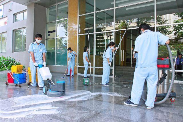 Vệ sinh công nghiệp cần những công nhân được đào tạo và máy móc hiện đại